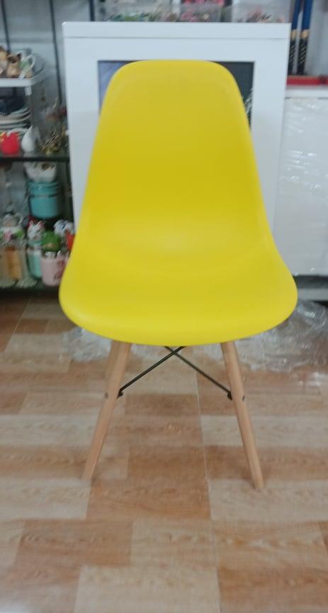 Ghế gỗ nhựa màu vàng
